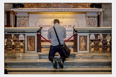 Homem rezando.